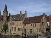 Architektur von Brügge, durch den Kanal. Stockbild