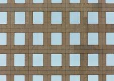 Architektur von einem konkreten Gebäude, symmetrische Fenster Stockbild