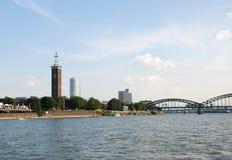 Architektur von Köln gesehen vom Rhein Stockfotografie