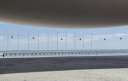Architektur von MEO-Arena mit Drahtseilbahn und Vasco da Gama-Brücke im Hintergrund Stockfotos