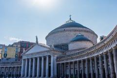 Architektur von Plebiscito-Quadrat mit Kirche San Francesco di Paola in Neapel stockbild