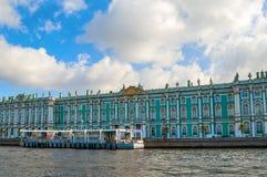 Architektur von St Petersburg - Winter-Palast auf dem Damm von Neva-Fluss in St Petersburg, Russland Lizenzfreie Stockfotos
