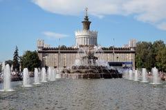 Architektur von VDNKH-Park in Moskau Steinblumenbrunnen Stockfotos