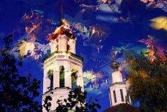 Architektur von Vladimir-Stadt, Russland Lange Schatten und blauer Himmel
