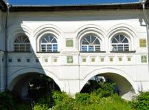 Architektura elementy Nicholas Vyazhischsky stauropegic monaster, Veliky Novgorod, Rosja - archways i okno fotografia royalty free