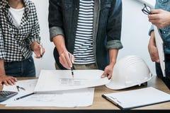 Architektura inżyniera pracy zespołowej spotkanie, rysunek, działanie dla architektonicznego projekta na miejsce pracy i inżynier obraz royalty free