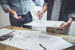 Architektura inżyniera pracy zespołowej spotkanie, rysunek, działanie dla architektonicznego projekta na miejsce pracy i inżynier zdjęcia royalty free