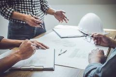 Architektura inżyniera pracy zespołowej spotkanie, rysunek, działanie dla architektonicznego projekta na miejsce pracy i inżynier zdjęcie royalty free