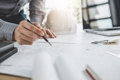 Architektura inżyniera pracy zespołowej spotkanie, rysunek i działanie dla, zdjęcie stock