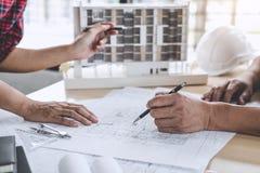 Architektura inżyniera pracy zespołowej spotkanie, rysunek i działanie dla, obraz stock