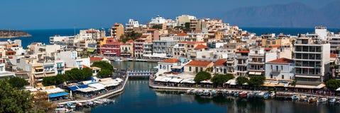 Architektura mały schronienie przy Aghios Nikolaos miasteczkiem na Crete wyspie, Grecja Zdjęcia Stock