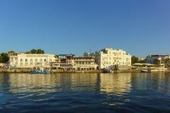 Architektura na nabrzeżu czarny denny miasto Przy molem są łodzie Zdjęcie Royalty Free