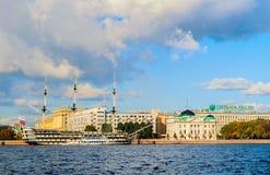 Architektura Petrovsky bulwar w St Petersburg, Rosja - starzy dziejowi budynki i fregaty gracja przy Neva rzeką Obrazy Stock