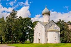 Architekturansicht der alten Kirche der Kirche von den zwölf Aposteln auf dem Abgrund in Veliky Novgorod, Russland Stockfotografie