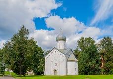 Architekturansicht der mittelalterlichen russischen Kirche der zwölf Apostel auf dem Abgrund in Veliky Novgorod, Russland Stockbilder