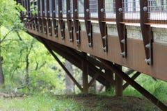Architekturbrücke im Naturpark stockfotografie