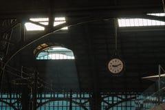 Architekturdach, Eisen-Struktur und Uhr in klassischem Zug S Lizenzfreies Stockbild