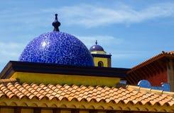 Architekturdachspitzen in Playa Las Amerika in Teneriffe, der mit Ziegeln gedeckte Mosaikhauben und Terrakottafliesen in der Retr Stockbilder