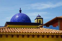 Architekturdachspitzen in Playa Las Amerika in Teneriffe, der mit Ziegeln gedeckte Mosaikhauben und Terrakottafliesen in der Retr Lizenzfreies Stockbild