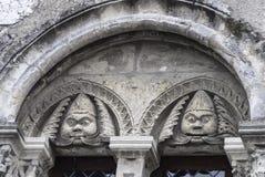 Architekturdetail über ein Gebäude in Chartres Frankreich, das stilisierte Charaktere zeigt Lizenzfreie Stockbilder