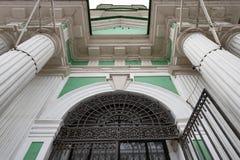 Architekturdetail der Fassade der Kirche des openwork Schmiedeeisengitters Johannes, wei?e Spalten, steigend in den Himmel ein stockfotografie