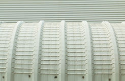 Architekturdetail der Metalldeckung auf Handelsbau Stockfotografie