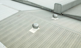 Architekturdetail der Metalldeckung auf Handelsbau Stockbilder