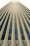 Architekturdetail des Wolkenkratzers steigend in nebelhaften Himmel oben, Stockfotografie