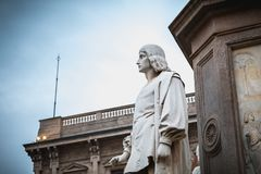 Architekturdetail einer Statue zum Ruhm von Leonardo da Vin lizenzfreie stockfotos