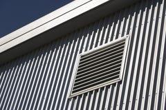 Architekturdetail eines Metallplattierten Gebäudes Lizenzfreie Stockbilder