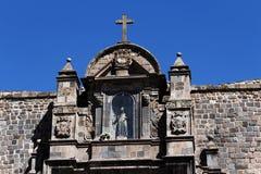 Architekturdetail-Kreuz und Statue Christian Church Cusco Per Lizenzfreie Stockfotografie