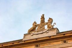 Architekturdetail mit Pferden auf Dach in Warschau Stockbild