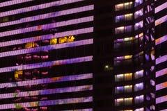 Architekturdetail von bunten Gebäude ` s Fenstern mit Licht bis zum Nacht Lizenzfreie Stockfotos