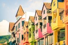 Architekturdetail von mehrfarbigen Weinlesehäusern in Patong Lizenzfreie Stockfotografie
