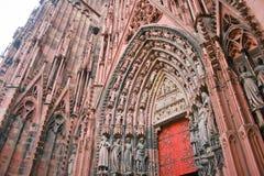 Architekturdetail von Statuen auf Säulenhalle der Notre-Verdammungs-Kathedrale in Straßburg lizenzfreies stockfoto