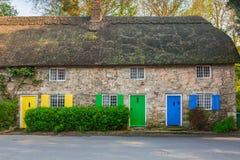 Architekturdetail von traditionellen englischen Häuschenhäusern Stockfotos