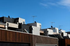 Architekturdetails, die eine Reihe von modernen Reihenhauswohnungen an einem sonnigen Tag und an einem blauen Himmel zeigen stockfotos