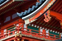 Architekturdetails Kyoto des dekorativen Schreindachs Stockfotos