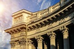 Architekturdetails und Flachreliefs an der Kolonnade der Kasan-Kathedrale in St Petersburg, Russland lizenzfreie stockfotografie