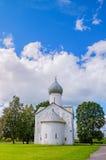 Architekturfassadenansicht der mittelalterlichen russischen Kirche der zwölf Apostel auf dem Abgrund in Veliky Novgorod, Russland Stockfotografie