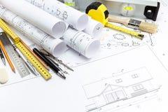 Architekturhausplan- und -arbeitswerkzeuge lizenzfreie stockfotos