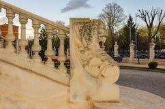 Architekturhintergrund einer Balustrade überstiegen durch das Bildnis eines Löwes lizenzfreies stockbild