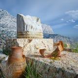 Architekturhintergrund mit antiken Münzen und Spalte Stockfoto