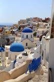 Architekturkirchen in Santorini mit einem wiew über der Stadt lizenzfreies stockfoto