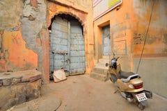 Architekturmuster von alten rustikalen Bereichen in Jodhpur stockbild