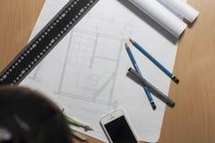 Architekturpläne und Planrollen und Instrumente einer Zeichnung lizenzfreie stockfotografie