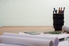 Architekturpläne und Planrollen und Instrumente einer Zeichnung stockfoto