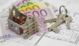 Architekturplan mit Eurobanknoten und Hausschlüsseln Lizenzfreie Stockfotos
