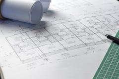 Architekturplan-Projektzeichnung mit Planrollen Stockbild