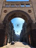 Architekturschöner Steinbogen der großen alten Weinlese und eine schmale Stadtstraße stockfotos